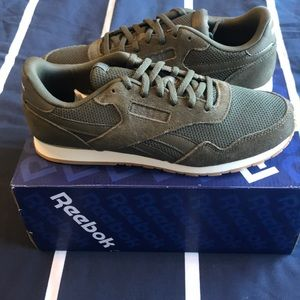 NWT army green Reebok casual sneakers